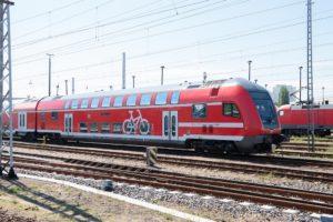 Doppelstöckiger Regionalzug.