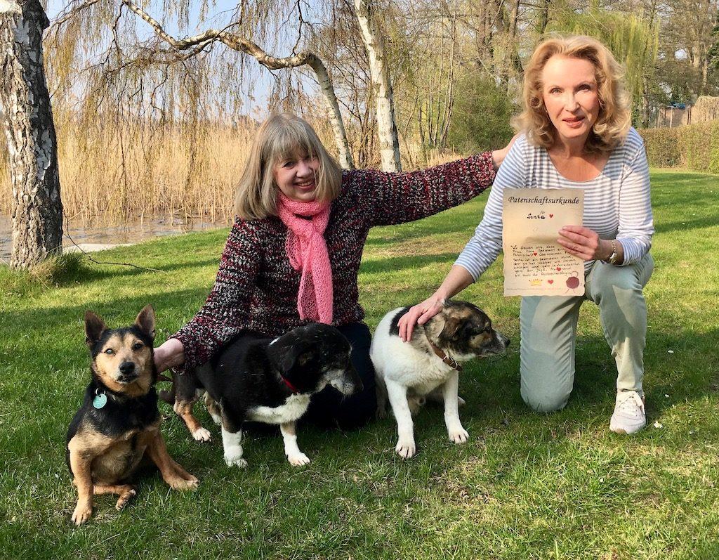 Martina Lahmer vom Tierasyl mit Dr Gabriele Schare-Ruf FDP OPR und drei schwer vermittelbaren blinden Hunden
