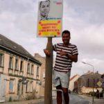 Der Kandidat für Wahlkreis 2 ist FDP-Schatzmeister Tom-Morten Theiß - hier mit seinem frisch aufgehängten Plakat.
